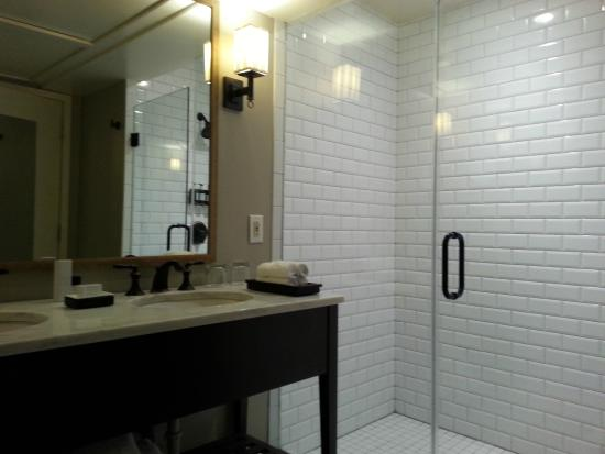 The Oliver Hotel : bathroom in the oliver suite