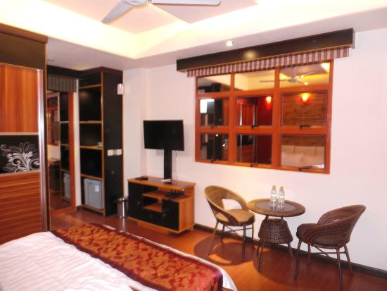 Transit Inn: relatively spacious room with mini bar