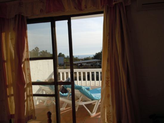 Rancho La Paz: Balkon von Zimmer 6.2 mit Sonnenliegen und Aussicht auf die Paddocks