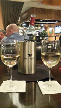 Blue Corn Harvest Bar and Grill: Promocion dia miercoles en botellas de vino a mitad de precio!