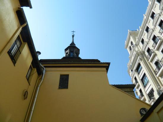Iglesia de San José: Torre desde el patio de la parroquia, entrando por Marqués de Valdeiglesias