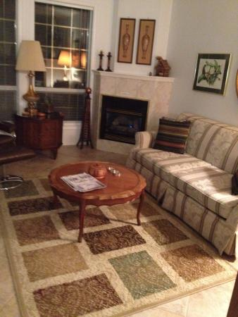 Ridgeview Gardens Bed and Breakfast: Living room
