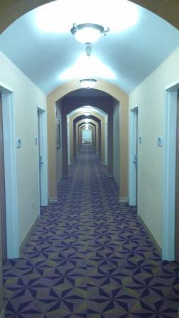 BEST WESTERN Manhattan Inn: The upstairs hallway.