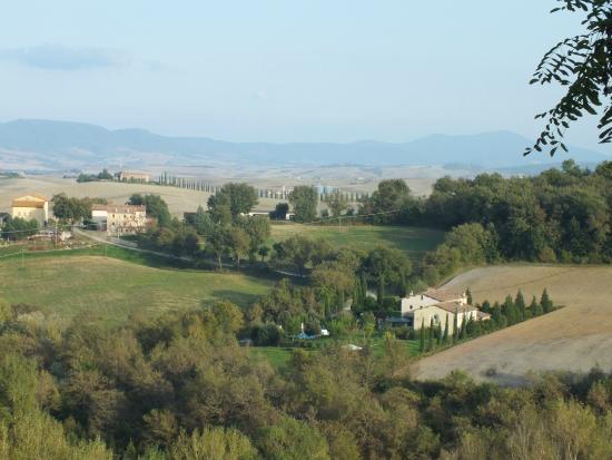 Hotel Osteria Dell'Orcia: Vista do Val D'Órcia e da Osteria em primeiro plano