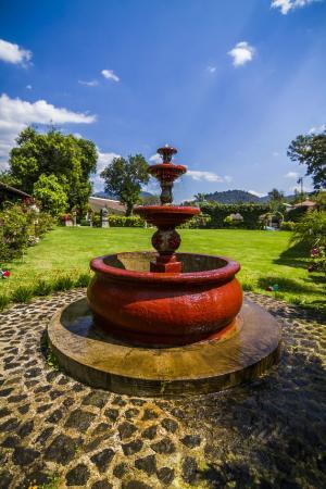 Soleil La Antigua: Fuente Jardin