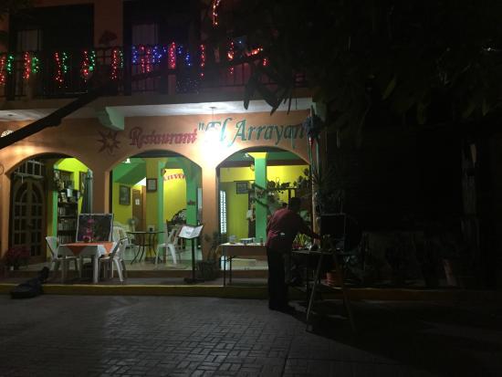 Restaurant El Arrayan: Mauricio grilling outside