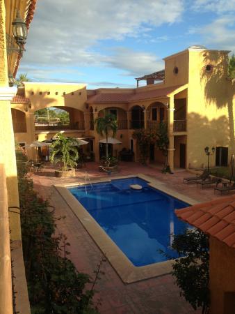 Hacienda Suites: Vista del acceso y ubicación de la alberca
