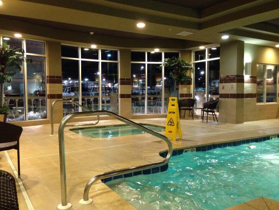 Holiday Inn Express Anniston / Oxford: Swimming pool, hot tub didn't work. Nice music though and very clean.