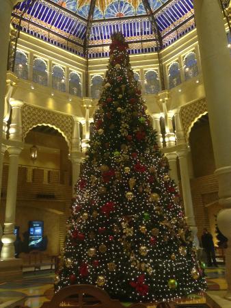 Argosy Casino Hotel & Spa Kansas City: Christmas tree in the lobby
