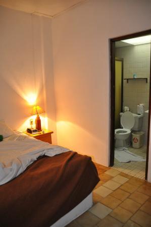 Emperador Vallarta Beachfront Hotel & Suites: bedroom/bathroom