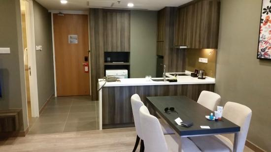 Awesome Ramada Suites Kuala Lumpur City Centre: Kitchen/Dining Area