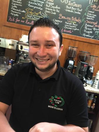 Café Monteverde Coffee Tour : Maestro Mauricio, roaster guru at the new coffee shop
