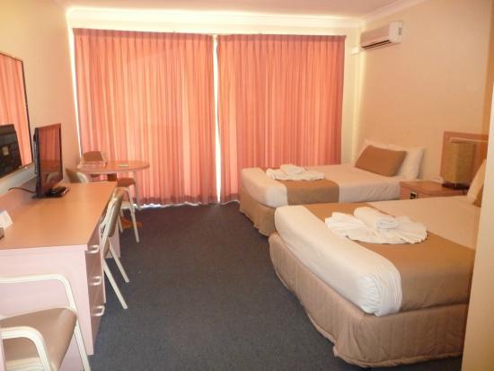 ไอส์แลนด์ ปาล์ม มอเตอร์ อินน์: Bedroom View to Window