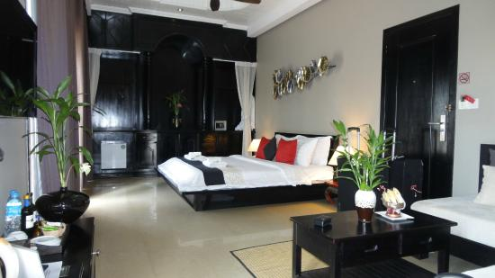 Mulberry Boutique Hotel: King size bed - suite balcony