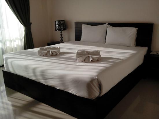 Royal Nakhara Hotel: ห้องทิศตะวันตกมีแสงเข้า