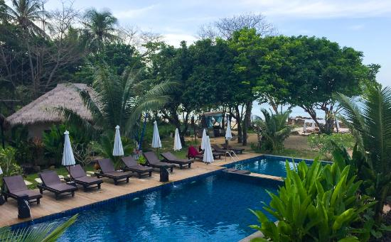 LaLaanta Hideaway Resort: The pool and view to beach