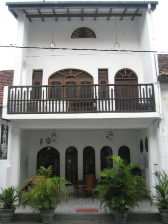 Thenu Rest Guest House: View from the street to balcony room