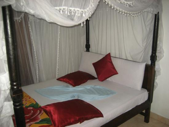 Thenu Rest Guest House: Large Queen size bed.