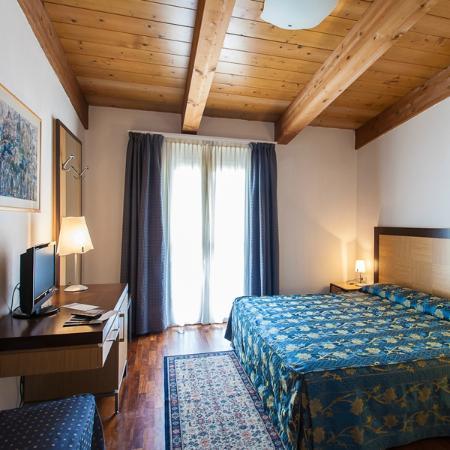 Aris Hotel: Camera mansardata ampia ed elegante
