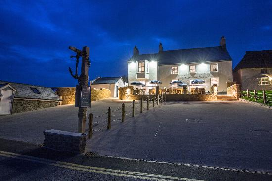 The Anchor Inn at Seatown: Anchor by night