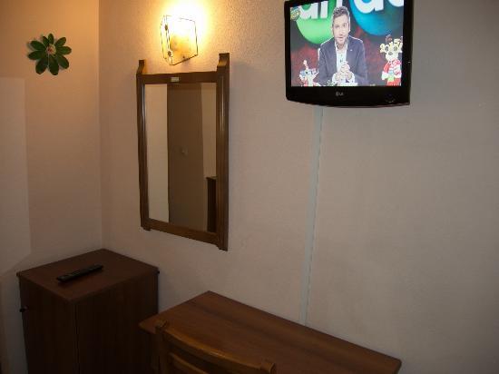 Hotel Ramiro I: room with desk and TV