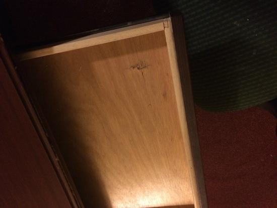 London Executive Suites Hotel: Broken drawer