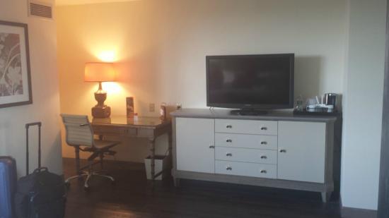 Hotel Indigo New Orleans Garden District: TV/desk