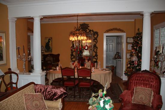 Apple Tree Historic Bed and Breakfast: Diningroom from the sitting room