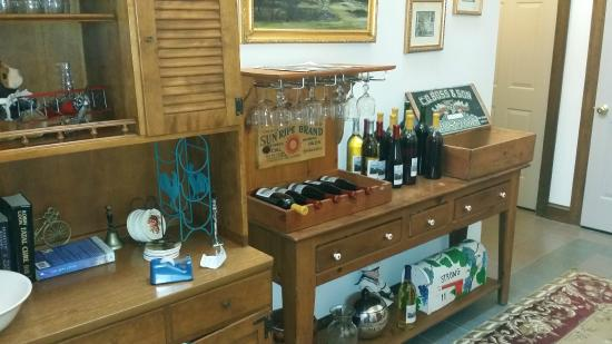 Fitch Claremont Vineyard Bed and Breakfast: Wine set-up when you enter the B&B
