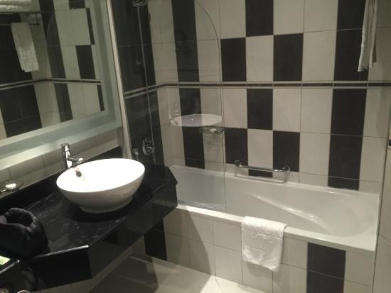 Copthorne Hotel Doha: Partial view of bathroom