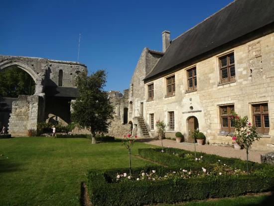 Prieuré Saint-Cosme: Jardim e prédio principal