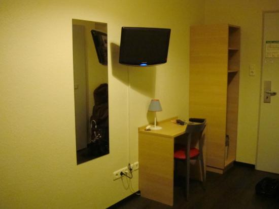 MEININGER Hotel München City Center: Рабочий уголок