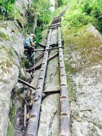 Putucusi Mountain : Broken Ladder after entrance
