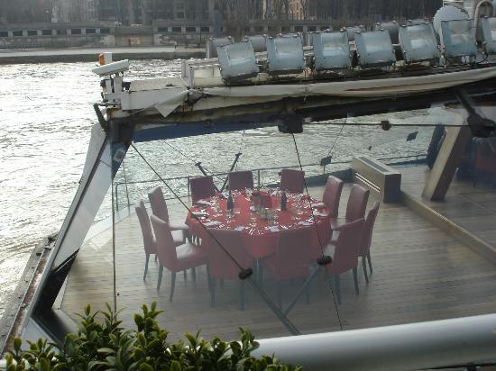 Une table ronde du bateau picture of bateaux mouches paris tripadvisor - Restaurant table ronde paris ...