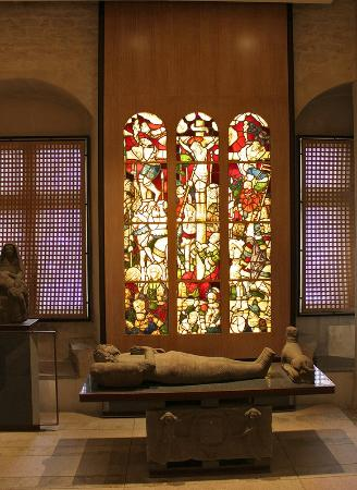 Musee Departemental Breton: vitrail et gisant