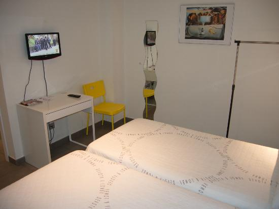 Sercotel Hostel Soria : Hostal Art Soria: room with desk and TV