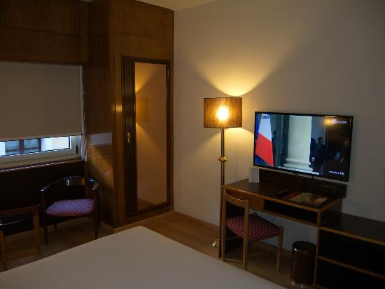 Hotel Goya, room with desk and TV