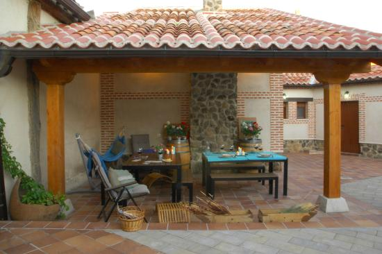Sal n con chimenea casa las hazanas picture of casa - Casas con porche ...