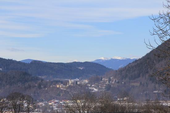 Karnburg, Австрия: Вид на Карнбург от храма Мария-Зааль