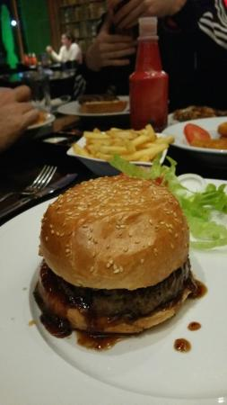 Red Burger Bar : Burger with pineapple and sweet chili sauce