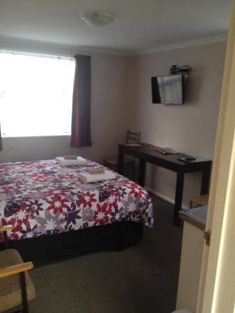 Ahuriri Motel Omarama : Habitación. Hay TV, aire acondicionado, radiador, mantas, nevera y microondas, pequeño fregadero