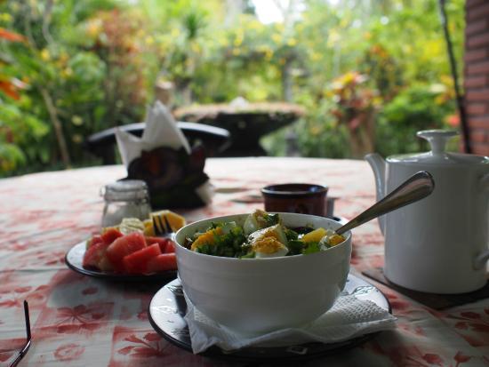 Sudanita Homestay: eating in the garden