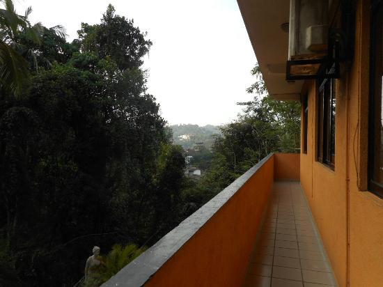 Kandy View Hotel: corridor/balcony view towards Kandy