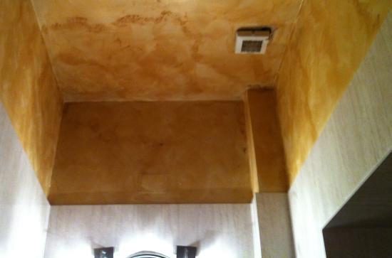 Hotel Delle Tele: Poor and Bad Looking Ventilation In Bathroom