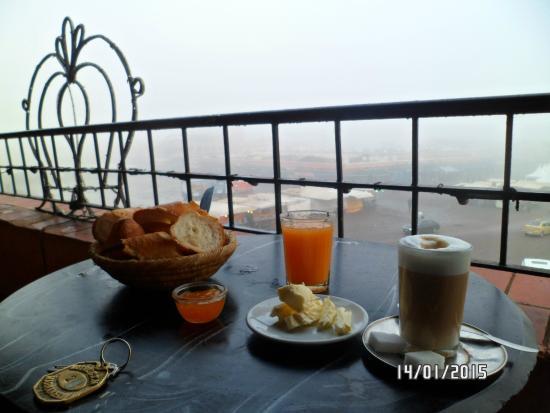 Hotel CTM: desayuno en la terraza (había niebla 8am)
