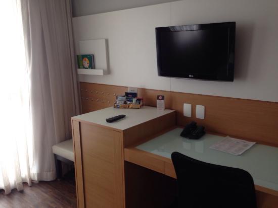 Quality Hotel Faria Lima: Mesa para estudo e frigobar