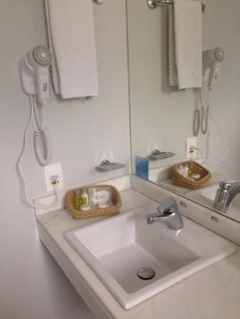 Quality Hotel Faria Lima: Pia com kit natura e secador de cabelo