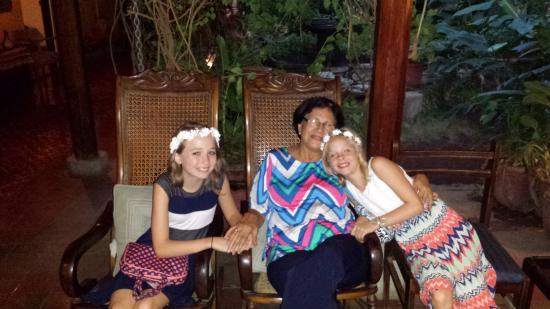 Posada Fuente Castalia: The girls with their Nica Grandmother!