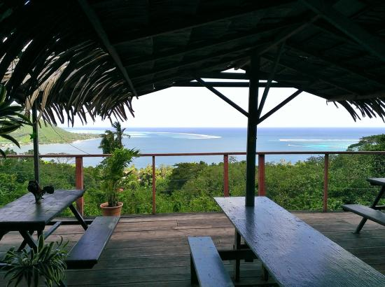 Linareva Moorea Beach Resort: Looking out from our cabin