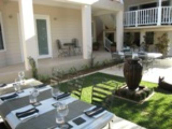 Brezza Bella Bed & Breakfast : Breakfast in the Courtyard